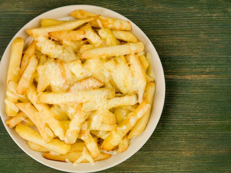 Cuvette de puces de fromage frites et grillées photo stock