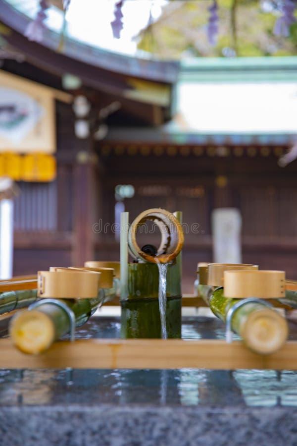 Cuvette de purification au tombeau de hachiman d'Oomiya ? Tokyo image stock
