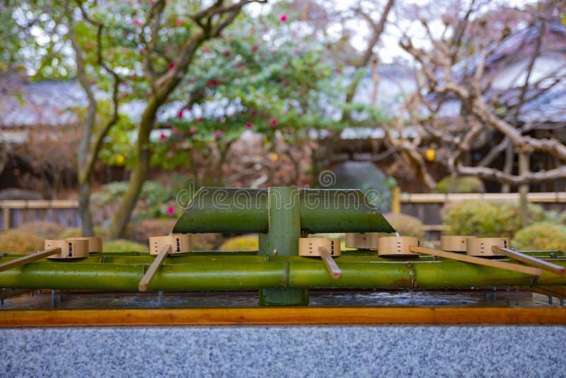 Cuvette de purification au tombeau de hachiman d'Oomiya ? Tokyo photographie stock libre de droits