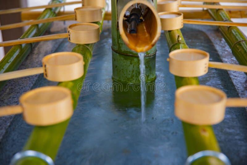 Cuvette de purification au tombeau de hachiman d'Oomiya ? Tokyo images stock