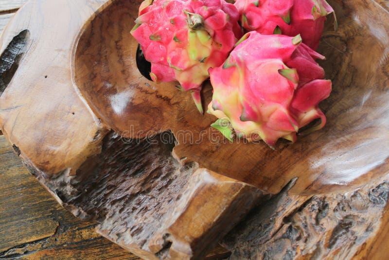 Cuvette de racine de teck avec Dragon Fruit images stock