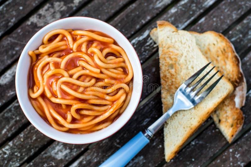 Cuvette de spaghetti en sauce tomate image stock