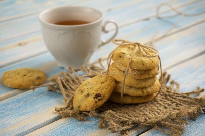 Cuvette de thé avec des biscuits image stock