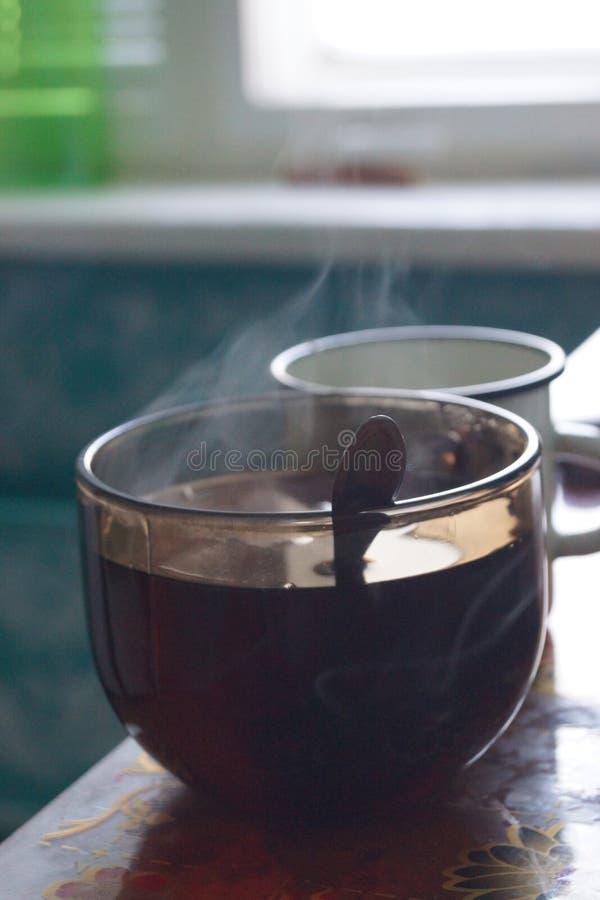 Cuvette de thé chaud Confort à la maison images stock