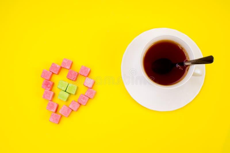 Cuvette de thé et de sucre de morceaux chauds photos libres de droits