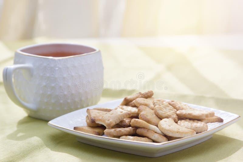 Cuvette de thé sur la table photos libres de droits