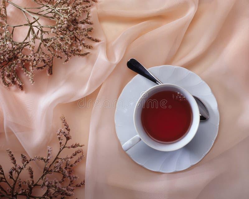 Cuvette de thé sur le rose photos libres de droits