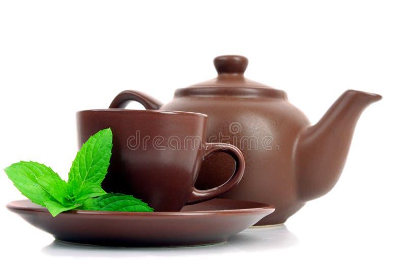 Cuvette de thé vert sur la soucoupe avec la menthe photographie stock