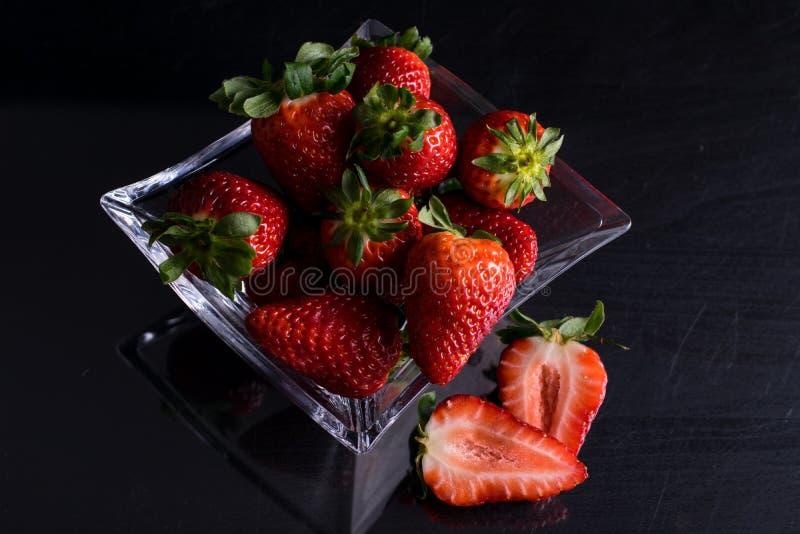 Cuvette de verre avec des fraises photographie stock
