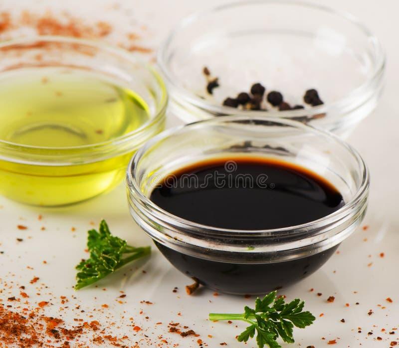Cuvette de vinaigre balsamique, de sel et d'huile d'olive photographie stock libre de droits