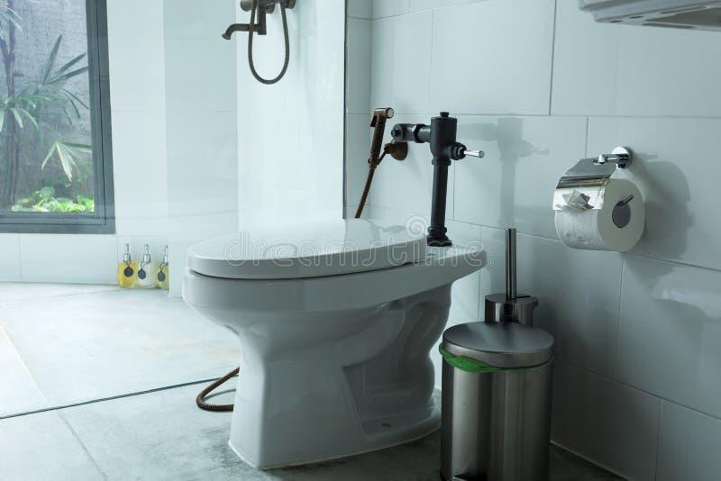 Cuvette des toilettes blanche dans la salle de bains moderne photo stock