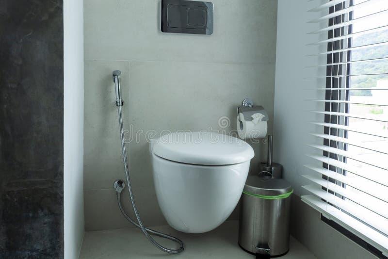 Cuvette des toilettes blanche dans la salle de bains moderne photographie stock