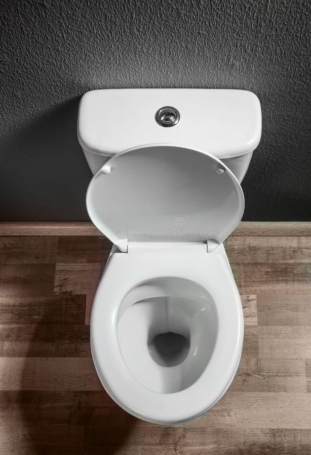Cuvette des toilettes en céramique à l'intérieur images stock