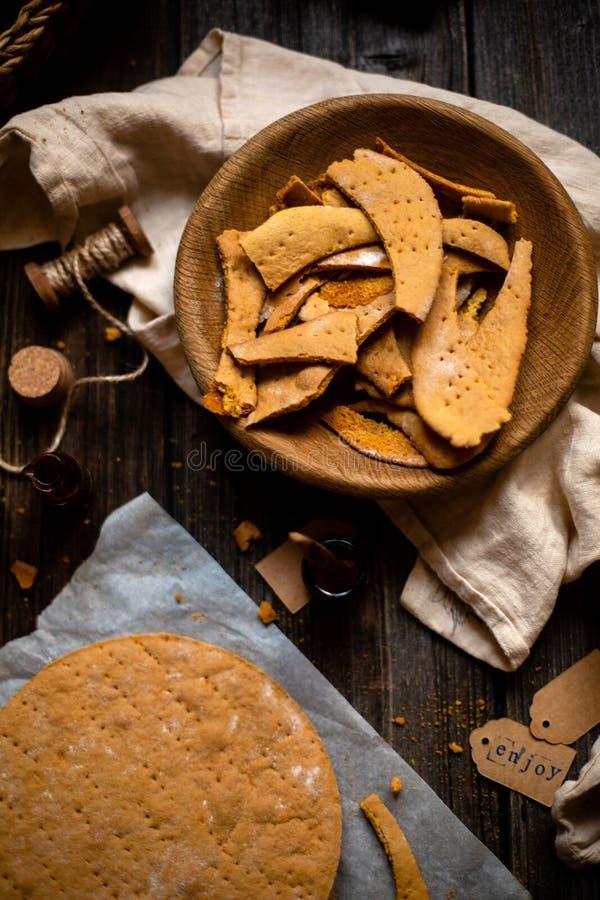 Cuvette en bois faite maison avec des miettes de couches cuites au four du gâteau de miel traditionnel russe avec la serviette su images stock