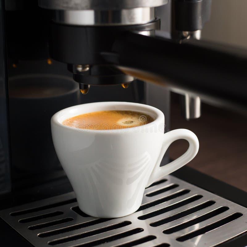 Cuvette en céramique blanche de café express frais avec de la mousse photos libres de droits