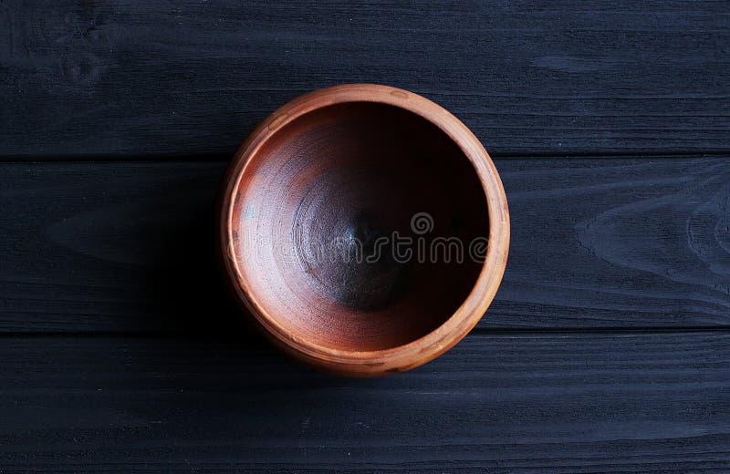 Cuvette en céramique sur le fond en bois photo libre de droits