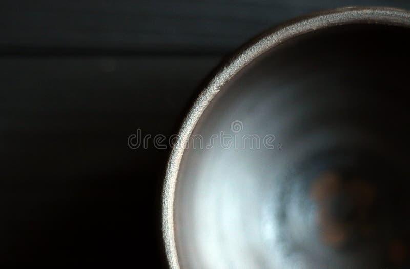 Cuvette en céramique sur le fond en bois photographie stock libre de droits