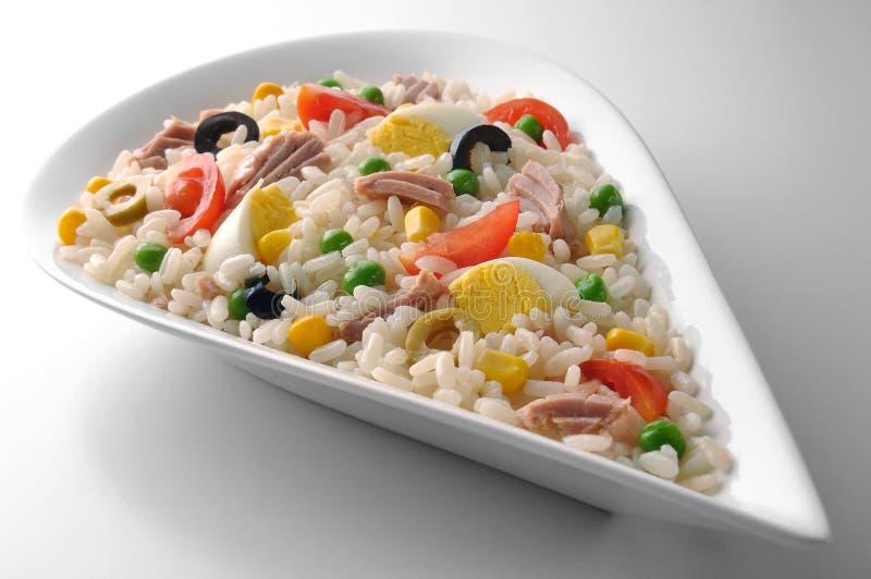 Cuvette en forme de baisse blanche avec de la salade de riz photographie stock