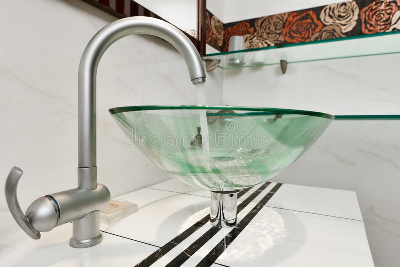 Cuvette en verre de bassin dans la salle de bains moderne photo stock