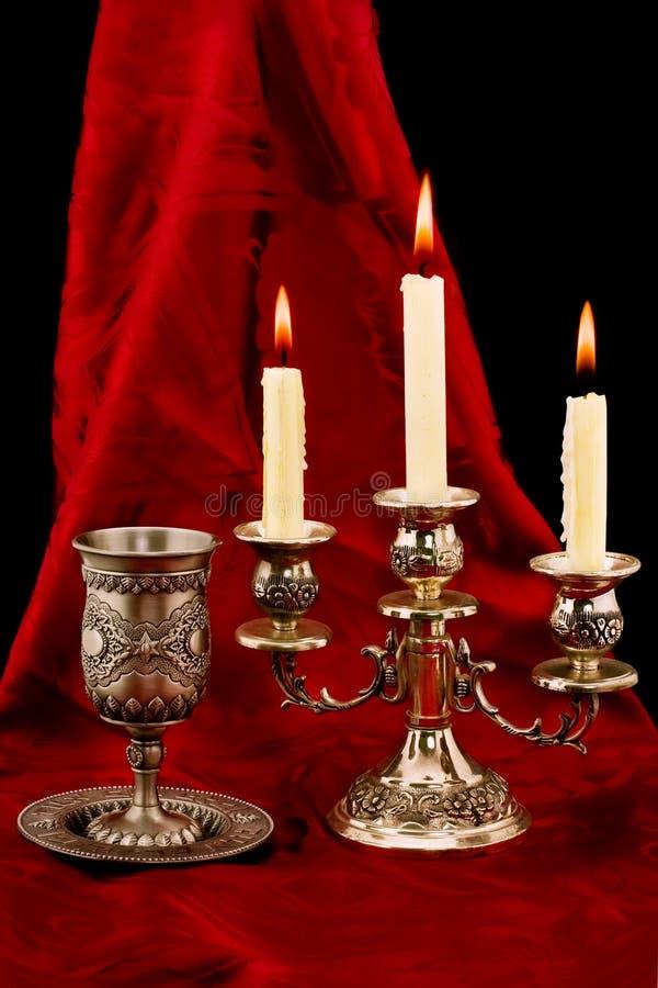 Cuvette et bougies photographie stock libre de droits