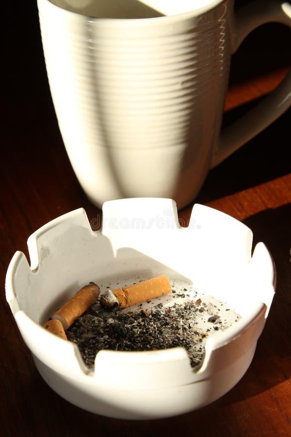 Cuvette et cigarette de café photo stock