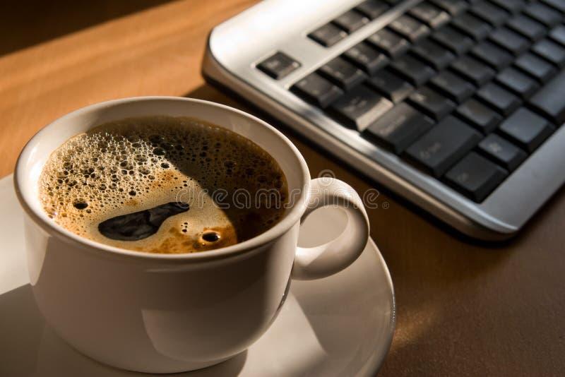 Cuvette et clavier de Coffe sur la table de bureau photos libres de droits