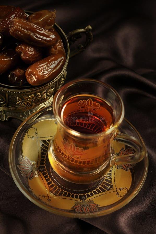 Cuvette et dattes de thé arabes photos stock