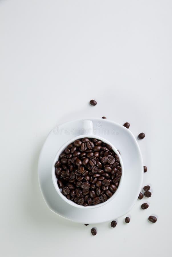 Cuvette et haricots de caf? sur un fond blanc image libre de droits