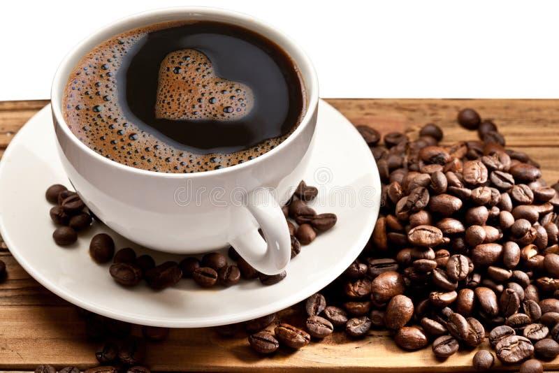 Cuvette et soucoupe de café sur un fond blanc. image stock