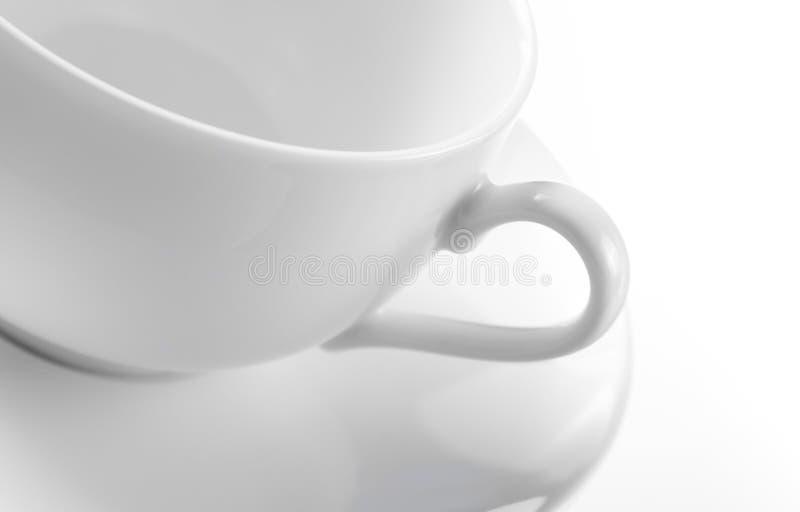 Cuvette et soucoupe de thé blanches vides image stock