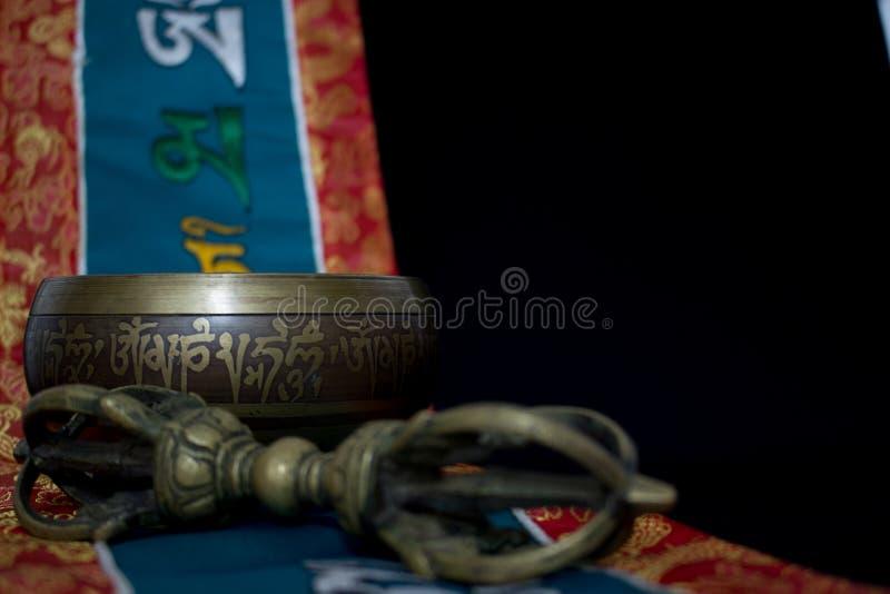 Cuvette et vajra tibétains de chant images stock