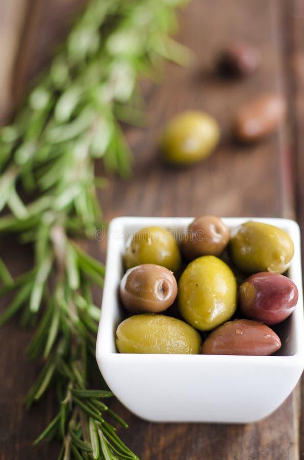 Cuvette remplie d'olives vertes fraîches photo stock