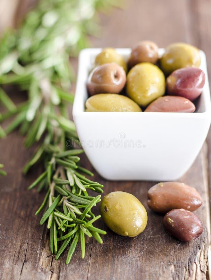 Cuvette remplie d'olives vertes fraîches image libre de droits