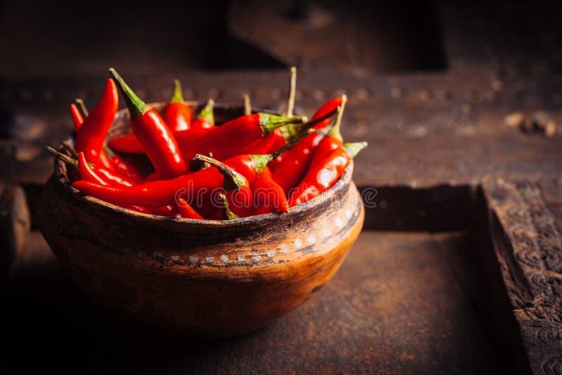 Cuvette remplie de Chili Peppers rouge sur le Tableau en bois image libre de droits