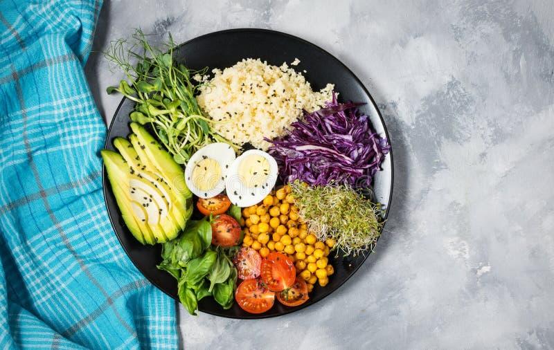 Cuvette saine de déjeuner de vegan Cuvette de Bouddha de Vegan Les légumes et les écrous en Bouddha roulent sur le fond concret V photographie stock