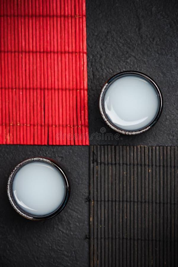 Cuvette sirotante de style oriental avec le saké images stock