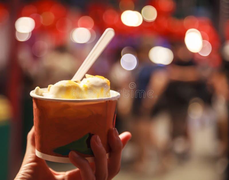 Cuvette tropicale douce traditionnelle fraîche de crème glacée de lait de noix de coco sur le fond de marché de nourriture de nui photos stock