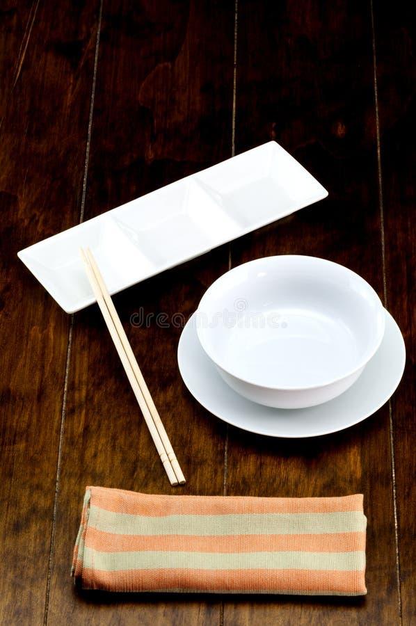 Cuvette vide sur le plat avec la baguette photos stock