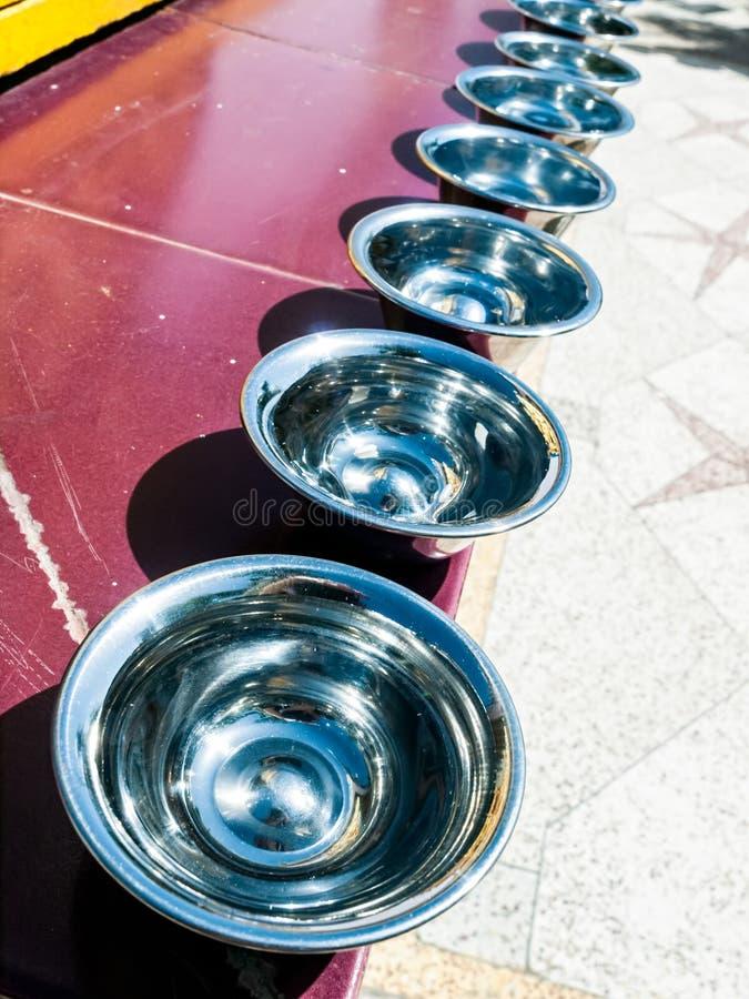 Cuvettes argentées de prière image libre de droits