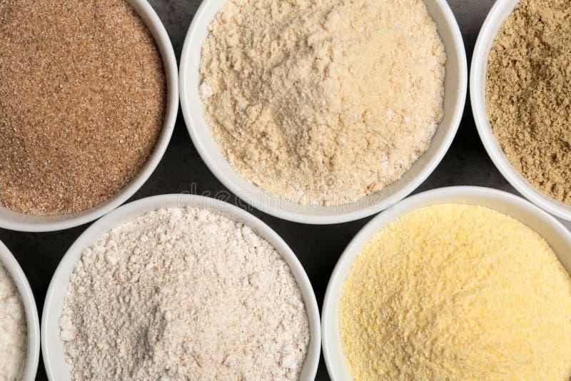 Cuvettes avec différents types de farine sur la table images libres de droits