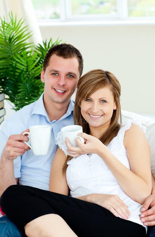 Cuvettes avec du charme de fixation de couples de sourire de café images stock