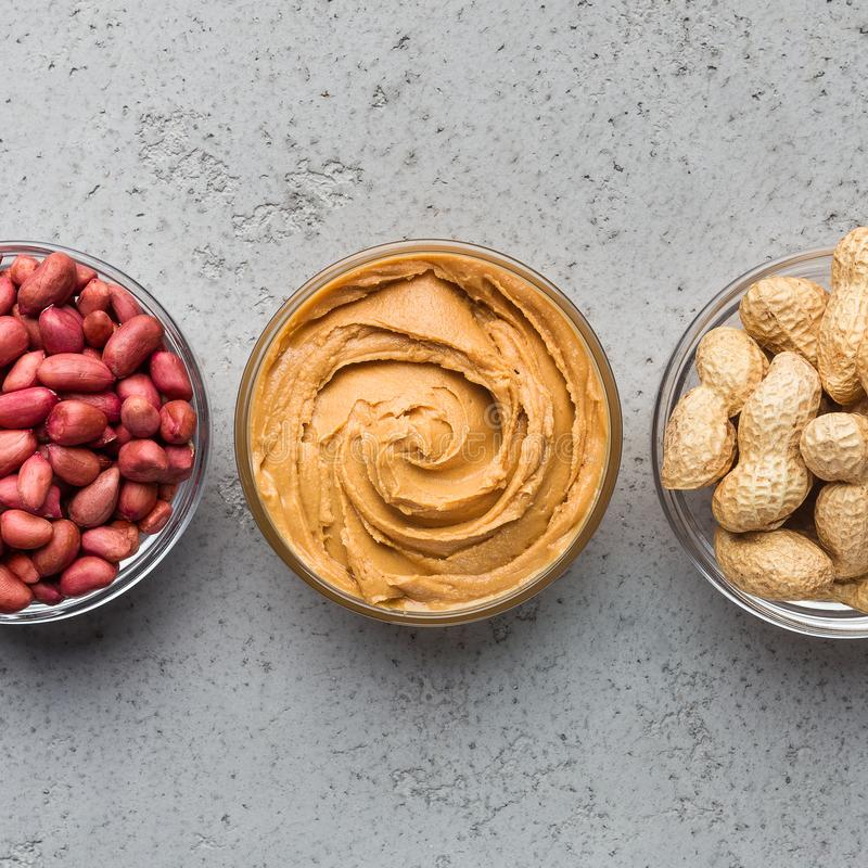 Cuvettes avec le beurre et les arachides d'arachide photo libre de droits