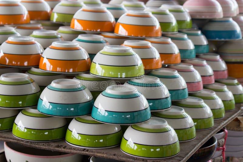 Cuvettes colorées de pile photographie stock libre de droits