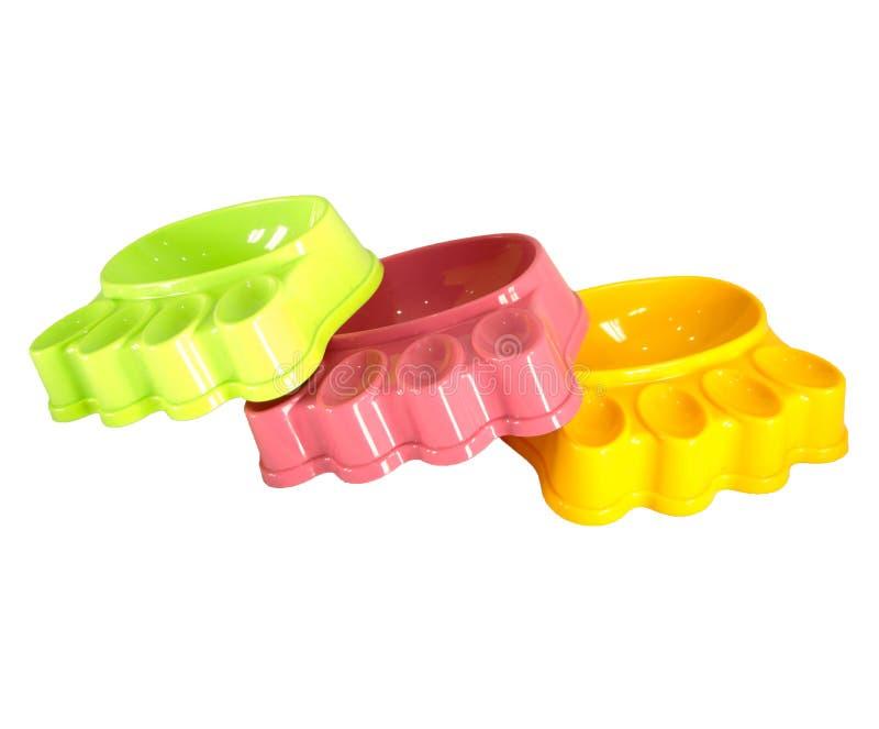 Cuvettes d'animal familier faites à partir du plastique sur d'isolement photo stock