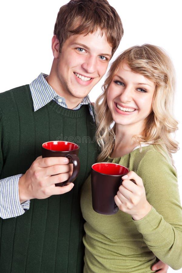 Cuvettes de café caucasiennes de fixation de couples photographie stock