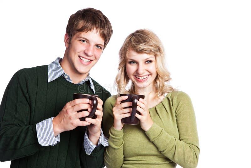 Cuvettes de café caucasiennes de fixation de couples images libres de droits