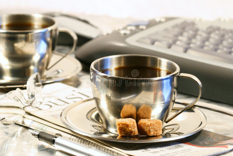 Cuvettes de café prêtes pour la rupture photos stock