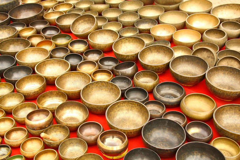 Cuvettes de chant à la place de Durbar photographie stock