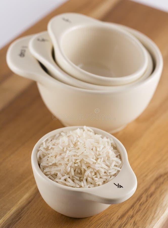 Cuvettes de mesure avec du riz images libres de droits