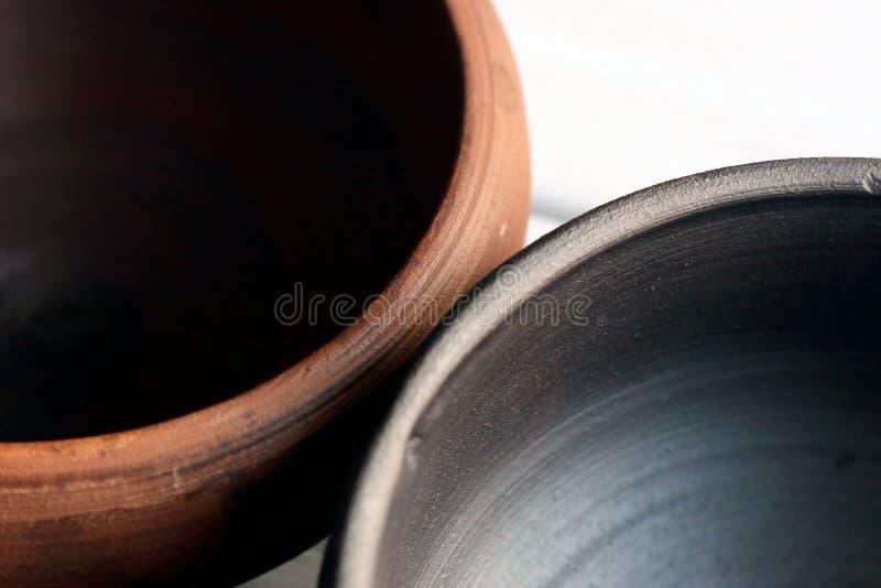 Cuvettes en céramique sur le fond en bois image stock